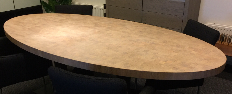 tafel van vierkante houten blokjes